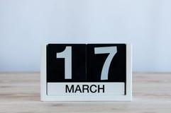 愉快的St Patricks天保存日期 3月17日 天17月,在木桌背景的每天日历 春天 库存照片
