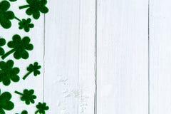 愉快的St Patricks天消息和很多绿皮书三叶草 免版税库存照片