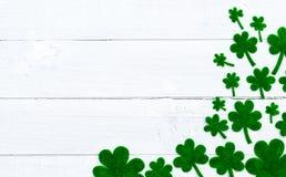 愉快的St Patricks天消息和很多绿皮书三叶草 库存图片