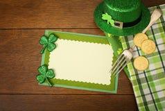 愉快的St Patricks天菜单或邀请与三叶草的卡片,帽子,幸运的硬币,餐巾,并且从上面的叉子下来用空白的室观看 库存照片