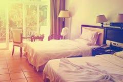 愉快的vacaion的,葡萄酒样式现代旅馆客房 免版税库存照片