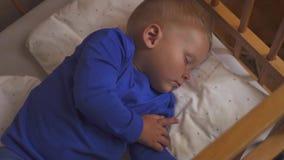 愉快睡觉的婴孩 房子和家的概念 夜和愉快的梦想,没有蚊子,没有喧闹家庭和舒适 股票视频