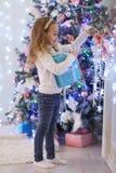 愉快礼品的女孩 圣诞节 免版税库存图片