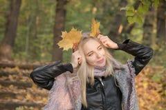 愉快秋天的女孩 免版税图库摄影