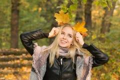 愉快秋天的女孩 图库摄影