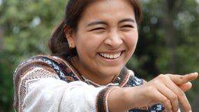 愉快秘鲁青少年女孩指向 免版税库存图片