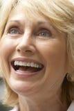 愉快纵向高级微笑的妇女 免版税图库摄影