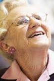 愉快纵向高级微笑的妇女 库存图片