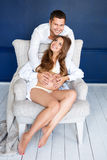 愉快美好的怀孕的夫妇一起期待孩子 工作室纵向 免版税库存照片