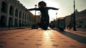 愉快逗人喜爱女孩跳跃室外在城市街道 影视素材