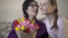 愉快逗人喜爱女孩给开花她的她的70s的企业祖母 股票录像