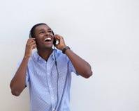 愉快青少年听到与耳机的音乐 库存图片