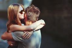 愉快青少年夫妇拥抱 免版税库存图片