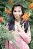 愉快青少年的美好的女孩礼服的桃红色和在公园放松 库存图片
