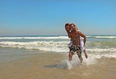 愉快非洲裔美国人的海滩的夫妇 免版税库存照片