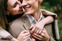 愉快,微笑的夫妇体贴拥抱 特写镜头画象 婚姻 附庸风雅 免版税库存照片