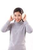 愉快,微笑,有御寒耳罩的快乐的妇女 免版税库存图片