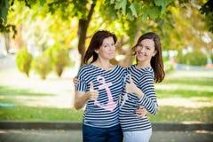 愉快2个的女孩 免版税库存图片