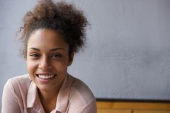 愉快年轻黑人妇女微笑 库存照片