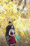 愉快年轻印地安夫妇摆在 图库摄影