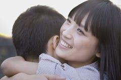 愉快年轻夫妇拥抱 图库摄影