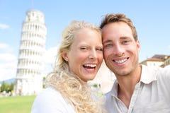 愉快年轻的夫妇获得在旅行的乐趣到比萨 免版税图库摄影