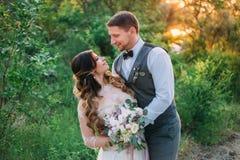 愉快年轻美好夫妇拥抱 免版税库存照片