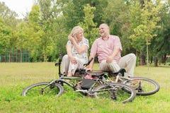 愉快年长夫妇放松 免版税图库摄影