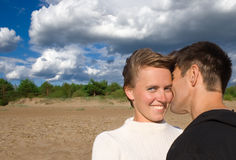 愉快5对海滩的夫妇 免版税库存照片
