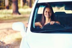愉快Roadtrip的妇女 免版税库存图片