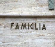 意味在意大利语家庭的文本FAMIGLIA 库存照片