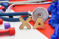意味在血液的XA医疗简称LMW肝素在红色背景的实验室诊断 XA的化工名字是surrounde 库存图片