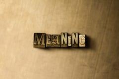 意味-脏的葡萄酒特写镜头排版了在金属背景的词 库存照片