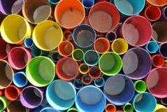 任意地被切开和被安排的五颜六色的PVC塑料管子 免版税库存照片