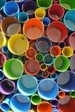 任意地被切开和被安排的五颜六色的PVC塑料管子 图库摄影