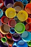 任意地被切开和被安排的五颜六色的PVC塑料管子 库存照片