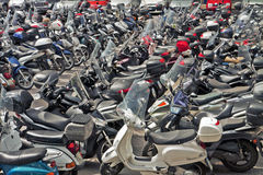 意大利、滑行车和摩托车停车处 图库摄影