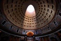 意大利万神殿罗马 发光通过在天花板的一oculus的光 库存图片