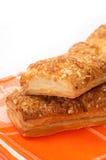 意大利三明治用在橙色厨房桌布的乳酪 图库摄影