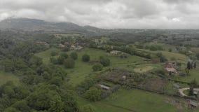 意大利乡下令人敬畏的鸟瞰图有绿色山谷和美丽的小山的 股票录像