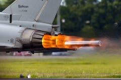 意大利人空军队台风战斗机航空器发光的热的加力燃烧室,它加速在跑道下 库存照片