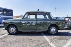 意大利人阿尔法・罗密欧公司有著名式样朱莉娅的葡萄酒汽车的陈列超级女性警察队 库存照片