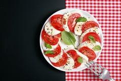 意大利人Caprese沙拉用无盐干酪和蕃茄 库存图片