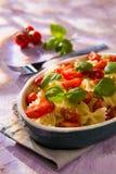 意大利人Farfalle面团用蕃茄和蓬蒿 免版税库存图片