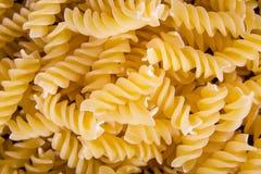 意大利人Fusilli, Rotini或者Scroodle通心面面团食物背景纹理 库存图片