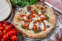 意大利传统薄饼用无盐干酪、香肠、蕃茄和p 免版税图库摄影