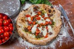 意大利传统薄饼用无盐干酪、香肠、蕃茄和p 免版税库存照片