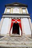 意大利伦巴第在besnate老教会关闭了砖 库存图片