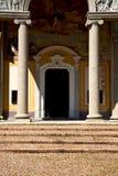 意大利伦巴第在cairate老教会关闭了砖 库存照片
