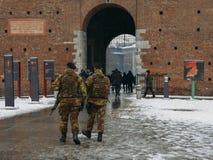 意大利军队士兵保留警惕性在米兰` s Castello Sforzes 库存图片